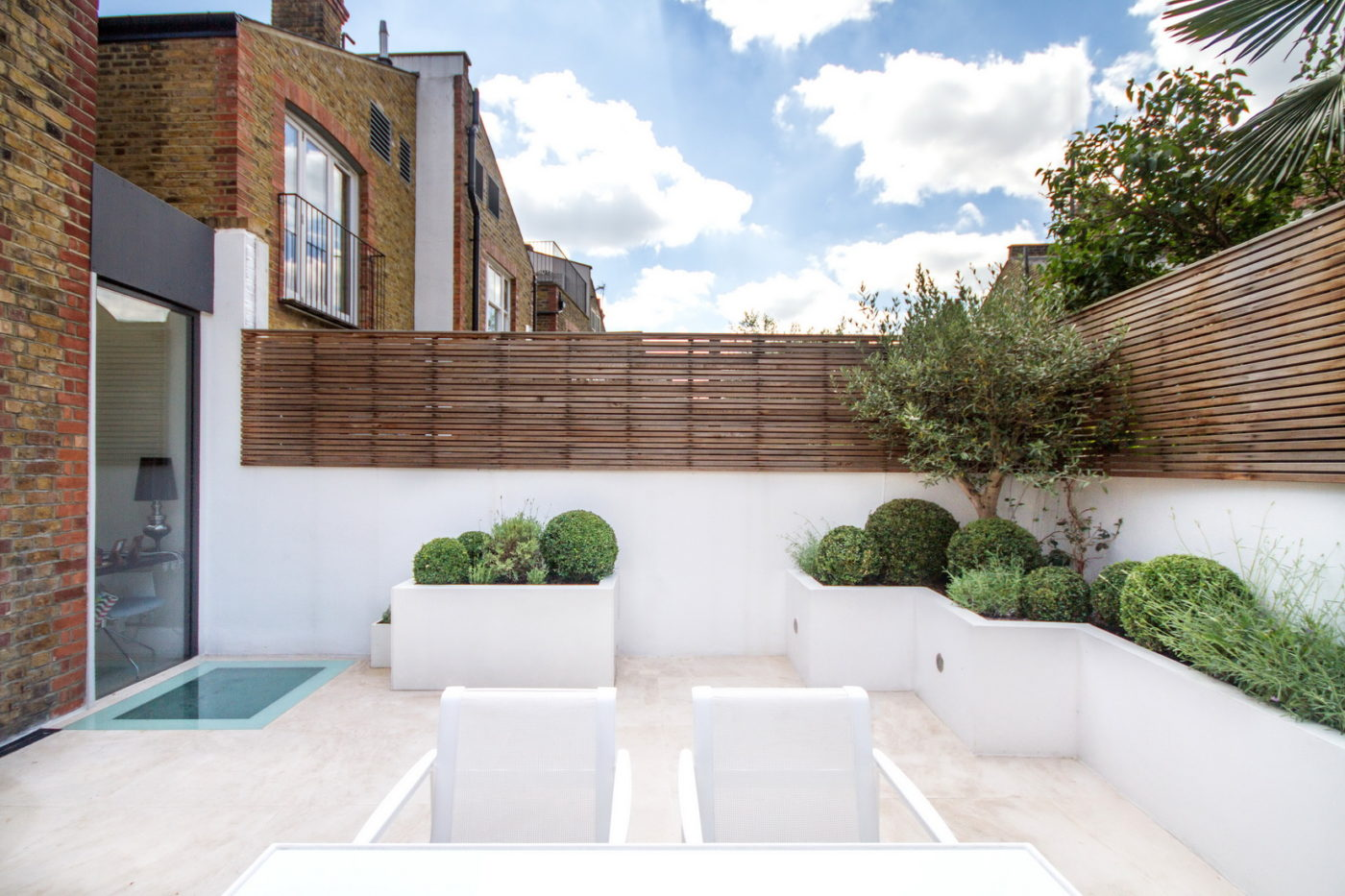 Jonathan Snow landscape and garden designer created a clean and contemporary outdoor space in Fulham, London property with low maintenance.